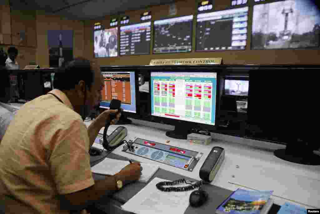 5일 인도 동남부 안드라프라데시 주 스리하리코타 우주센터의 기술자가 화성탐사선 발사를 준비하고 있다.