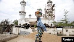 Une jeune fille se promène devant une mosquée détruite dans la ville de Mararaba, dans l'Etat d'Adamawa, 10 mai 2015.