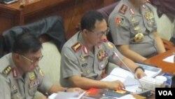Kapolri Jenderal Tito Karnavian (tengah) dalam rapat dengar pendapat dengan Komisi III DPR di gedung parlemen, Senayan, Jakarta, Senin 9/5. (VOA/Fathiyah Wardah)