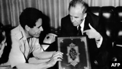 Libijski lider Moamer Gadafi prima stari primerak Kurana od premijera SSSR-a Alekseja Kosigina, snimljeno 12. maja 1975.