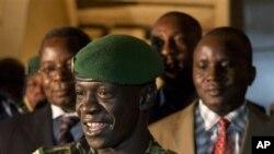 Pemimpin kudeta Mali Amadou Haya Sanogo (depan) memberi keterangan kepada pers di Kati, Mali (31/3).