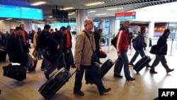 Máy bay Bulgaria chở 111 công dân nước này và 91 người nước ngoài, trong đó có công dân Croatia, Serbia, Macedonia, Rumania, Trung Quốc và Nam Triều Tiên đến Sofia từ Tripoli, ngày 23/2/2011