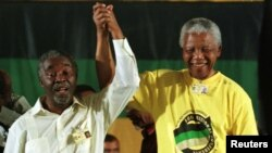 Нельсон Мандела. Справа – Табо Мбеки (архивное фото)