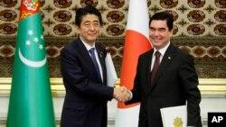Yaponiya Bosh vaziri Shinzo Abe (chapda) Turkmaniston Prezidenti Qurbonguli Berdimuhamedov bilan, 23-oktabr, 2015-yil, Ashgabat, Turkmaniston.