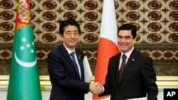 중앙아시아를 순방중인 아베 신조 총리(왼쪽)가 23일 투르크메니스탄을 방문해 베르디무하메도프 대통령과 정상회담을 가졌다.