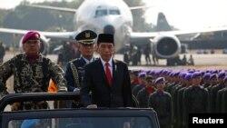 Presiden Joko Widodo saat menginspeksi pasukan pada peringatan HUT TNI ke-74 di Lanud Halim Perdanakusuma, Jakarta, 5 Oktober 2019. (Foto: dok).