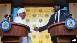 12일 주바에서 오마르 알 바시르 수단 대통령과 살바 키르 남수단 대통령이 악수하고 있다.