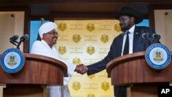 Presiden Sudan, Omar al-Bashir (kiri) dan Presiden Sudan Selatan, Salva Kiir dalam konferensi pers bersama di Juba, Sudan selatan (12/4). Kedua negara sepakat membuka 10 lintas perbatasan mereka.