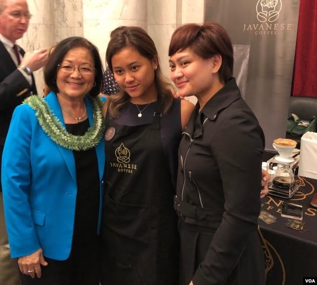Achi Soeharman bersama Senator Hawaii, Mazie Hirono (foto: VOA/Yogi).