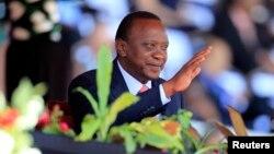 Rais Uhuru Kenyatta akipunga mkono wakati wa sherehe ya siku ya Mashujaa.