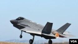 """美国空军一架F-35战机2017年3月3日在澳大利亚参加飞行表演"""" (美国空军照片)"""