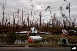 Polomljeno drveće, voz koji je iskočio iz šina i potopljena prikolica vide se nakon prolaska uragana Majkl u Panma Sitiju, Florida, 10. oktobra 2018.