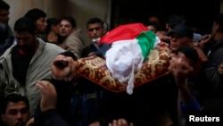 អ្នកកាន់ទុក្ខសែងសាកសពរបស់ Tawfiq Abu Reyala អ្នកនេសាទប៉ាលេស្ទីនដែលពេទ្យទាហាននិយាយថាបានសម្លាប់ដោយកងទ័ពជើងទឹកអ៊ីស្រាអែល កំឡុងពិធីបុណ្យសពរបស់គាត់ នៅជំរុំ Shatti ក្នុងក្រុង Gaza កាលពីថ្ងៃទី៧ ខែមីនា ឆ្នាំ២០១៥។