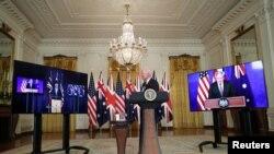 조 바이든(가운데) 미국 대통령이 15일 백악관에서 보리스 존슨(오른쪽 화면) 영국 총리, 스콧 모리슨 호주 총리와 화상 회의를 진행하고 있다.