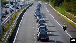Los 74 ataúdes fueron trasladados en una columna de coches fúnebres al cuartel de Hilversum, donde comenzará la identificación de los cuerpos.