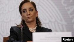 La canciller mexicana, Claudia Ruíz Massieu durante una conferencia de prensa para informar de los turistas mexicanos atacados en Egipto.