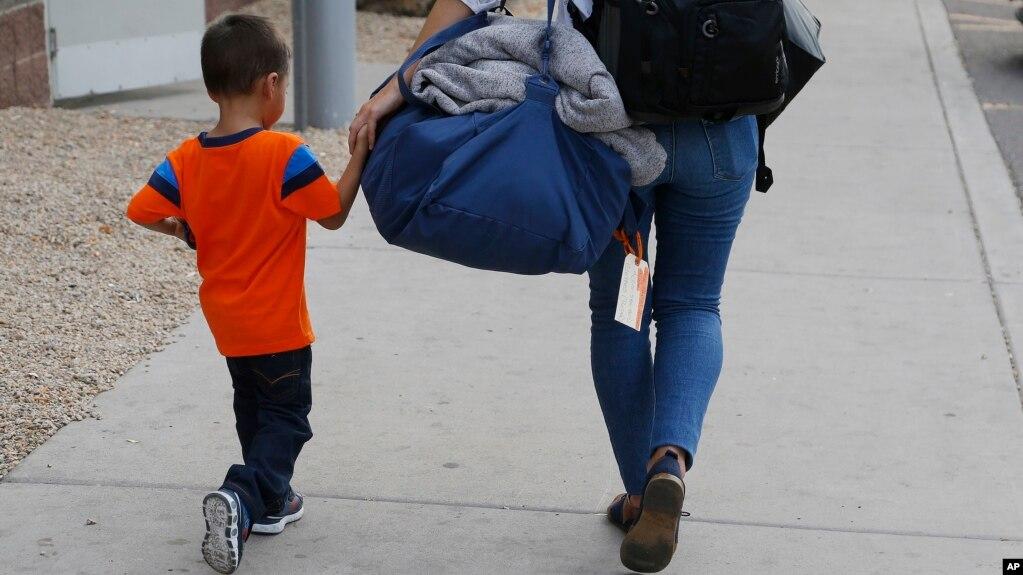 José, de tres años, originario de Honduras, es ayudado por una representante de Southern Poverty Law Center para que se reúna con su padre el martes, 10 de julio de 2018, en Phoenix, Arizona.