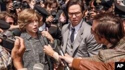 «مارک والبرگ» و «میشل ویلیامز» در نمایی از فیلم «همه پولهای جهان».