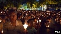 ពិធីអុជភ្លើងទៀននៅឧទ្យាន Victoria ក្នុងក្រុងហុងកុង ដើម្បីប្រារពខួបទី២៧នៃការសម្លាប់រង្គាលនៅទីលាន Tiananmen ក្នុងក្រុងប៉េកាំង។