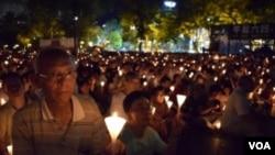 支聯會估計有12萬5千人參與維園六四27週年燭光悼念集會 (美國之音特約記者 湯惠芸拍攝)