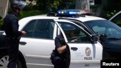Los policías y los sospechosos tuvieron un enfrentamiento final, donde uno de los rehenes seguía en el vehículo de los sospechosos.