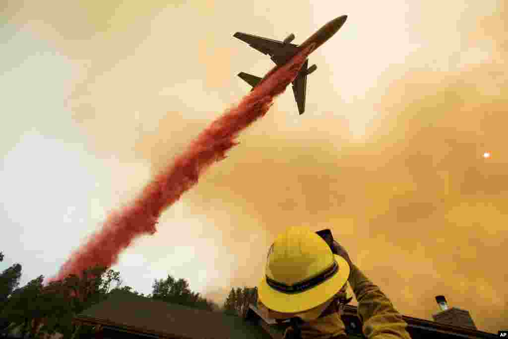 خاموش کردن آتش در کالیفرنیا با استفاده از هواپیمای مجهز به مواد ضد حریق