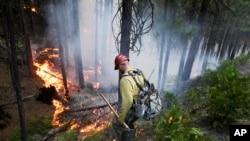 Un pompier luttant contre les flammes aux abords du parc national de Yosemite en Californie