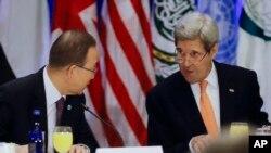 Sekjen PBB Ban Ki-moon, kiri, dan Menteri Luar Negeri AS, John Kerry berbicara sebelum pertemuan untuk mengupayakan dukungan bagi Suriah di sebuah hotel di New York, 18 Desember 2015.