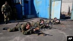 烏克蘭東部﹐年青的親俄分離分子在頓涅茨克接受軍訓。(2014年9月29日)