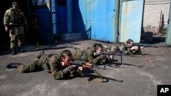 Para pemuda yang bergabung dengan separatis pro Rusia melakukan latihan militer di Donetsk, Ukraina timur (29/9).