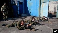 Phiến quân thân Nga ở Donetsk, miền đông Ukraine, tập quân sự, 29/9/14