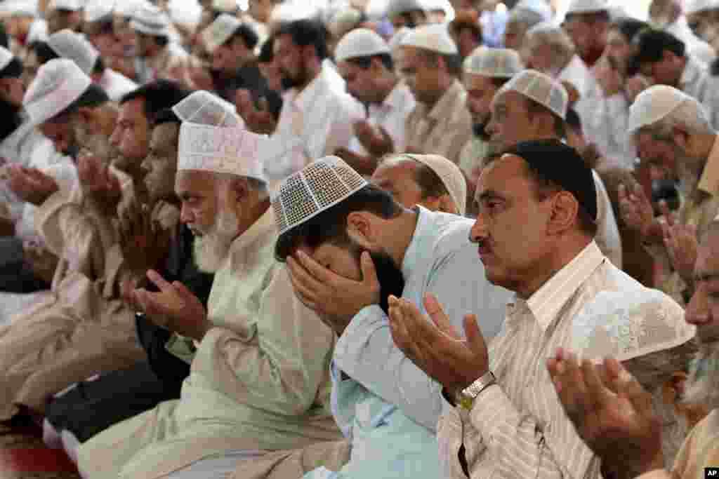 کراچی کی ایک مسجد میں ملالہ یوسف زئی کی صحت یابی کے لیے اجتماعی دعا کی جارہی ہے