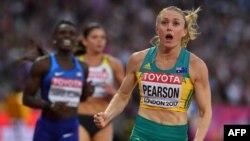 Sally Pearson célèbre sa victoire sur 10 m aux Mondiaux de Londres, Angleterre, le 12 août 2017.