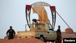 Des soldats du Front Polisario à l'entrée de leur base militaire à Bir Lahlou, Sahara occidental, 9 septembre 2016.