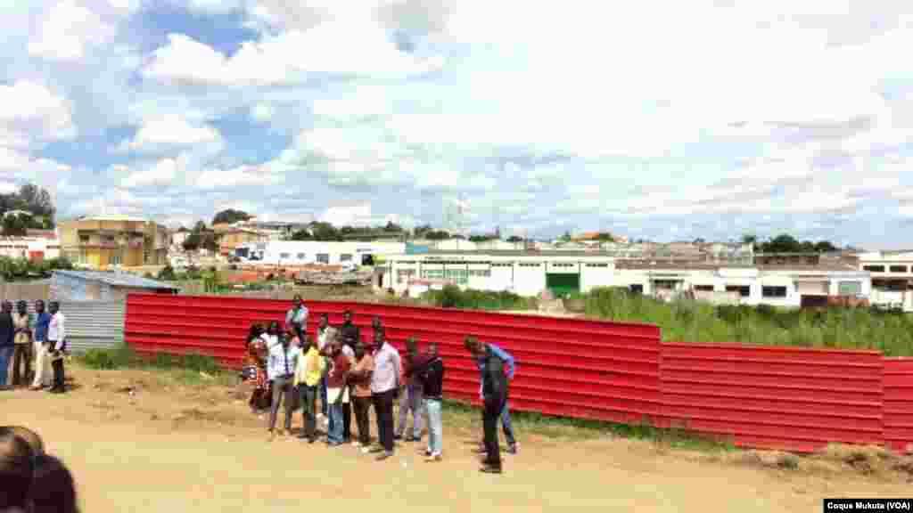 Caso Kalupeteca: pessoas no exterior do tribunal