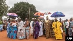Les rois de divers quartiers arrivent à Abomey pour assister aux funérailles de Dah Dedjalagni Agoli-Agbo, monarque de l'ancien royaume militariste du Dahomey, Bénin, le 11 août 2018.