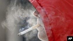 Chính phủ Úc hy vọng những thay đổi sẽ giúp giảm số người hút thuốc lá ở Australia, nơi các bệnh có liên quan đến thuốc lá làm cho 15.000 tử vong mỗi năm