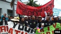 Para aktivis, kelompok-kelompok HAM, dan warga berbagai negara berdemonstrasi di depan tempat konferensi perubahan iklim PBB di Durban, Afrika Selatan, Sabtu (3/12).