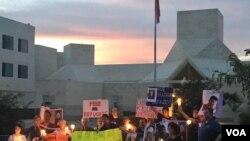 北韓自由聯盟在中國駐美大使館外舉行燭光守夜活動,呼籲中國停止遣返北韓人