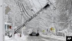 麻萨诸塞州纳提克一根在暴风雪中倒下的电线杆。