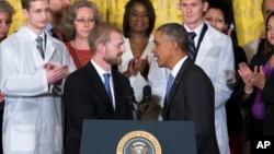 El presidente Obama saluda al médico Kent Brantley, quien se recuperó del ébola, en la Casa Blanca.