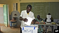 A man casts his ballot during Burkina Faso elections at Ouagadougou, 21 Nov. 2010