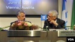 Sekjen OPEC dan Presiden OPEC saat konferensi pers di kantor pusat OPEC di Wina, Austria (foto: dok.). OPEC menurunkan perkiraan permintaan minyak karena masih lemahnya perekononomian dunia.