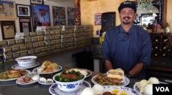 LA에서 하와이안 식당을 운영하고 있는 폴 와바 씨가 14가지 종류의 스팸 요리를 선보이고 있다.