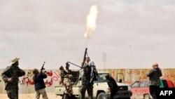 Các chiến binh phe nổi dậy bắn súng phòng không nhắm vào phi cơ của không lực của nhà lãnh đạo Gadhafi