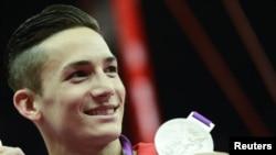 Marcel Nguyễn, VÐV người Ðức gốc Việt, đoạt 2 huy chương bạc, một ở nội dung toàn năng cá nhân nam, và một ở nội dung xà kép, tại Olympic London 2012 về cho Ðức (1/8/2012) - REUTERS/Dylan Martinez