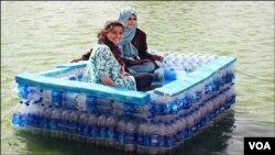 نوجوانوں کی بنائی گئی اس کشتی میں دو افراد باآسانی بیٹھ سکتے ہیں