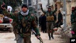 Tentara Suriah mengacungkan jari tanda kemenangan di kawasan Rashideen, Provinsi Aleppo, Suriah, Minggu, 16 Februari 2020. (Foto: SANA via AP)