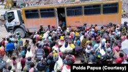 Ratusan warga Tembagapura yang akan mengungsi ke Kota Timika antre memasuki bus, Minggu, 8 Maret 2020. (Foto: Polda Papua)