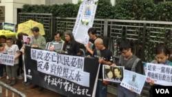 香港社民连和支联会在中联办门前举行抗议活动,要求北京停止迫害政治犯。(美国之音海彦拍色)